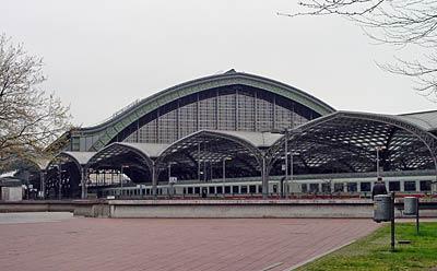 ケルン中央駅 ケルンってのは、ドイツの発音では「コロン」って感じ。 んで、オーデってのは水って意